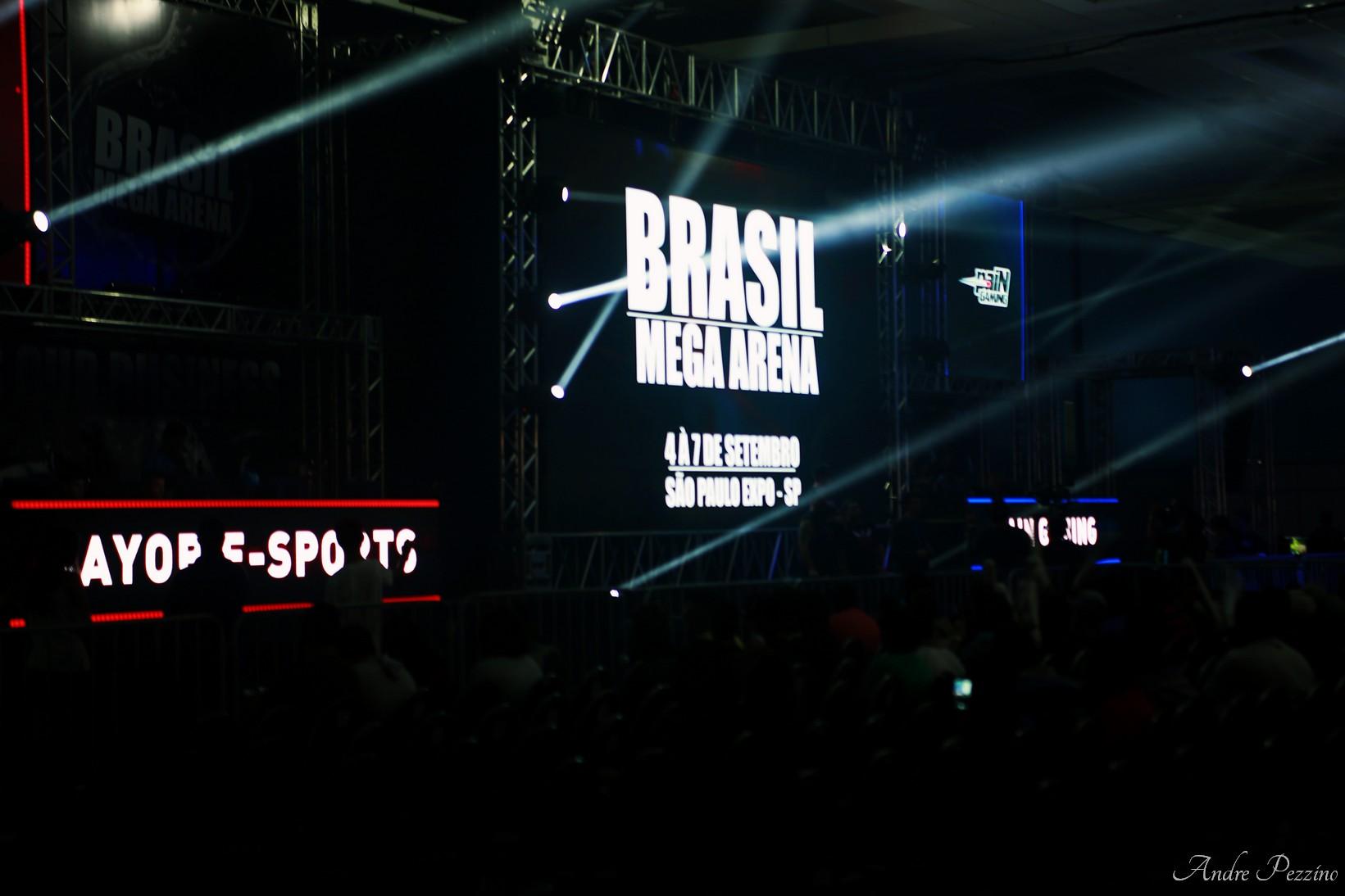 Primeiro dia da Brasil Mega Arena! - Youtubers animam o público!